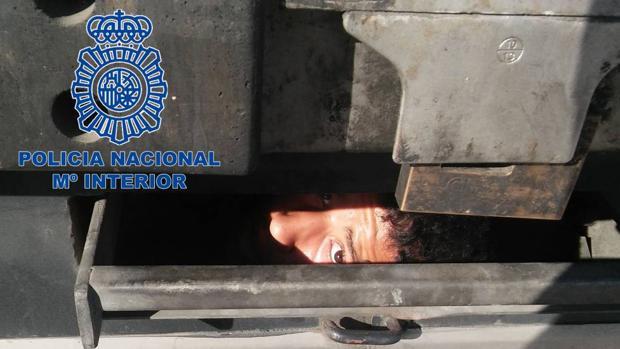 Un niño intenta entrar en España escondido en los bajos de un camión.