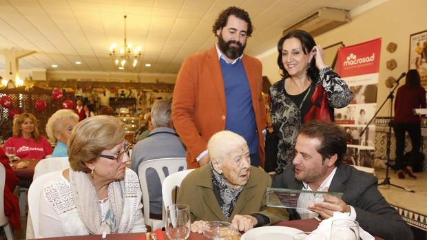El alcalde, Antonio Conde, hace entrega de la distinción a la usuaria de mayor edad, vecina de Mairena con 101 años de edad