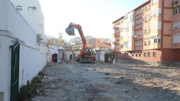 Las obras de la parcela han arrancado con el derribo de los chalés que aún quedaban en la Avenida Juan Carlos