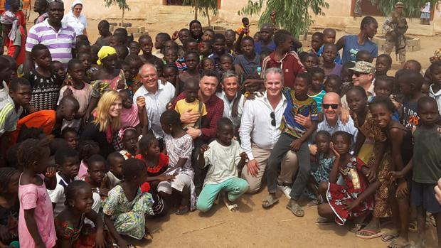 Visita de los diputados y senadores (Delgado y Cano en el centro de la imagen) a la escuela de Bakaribugo.