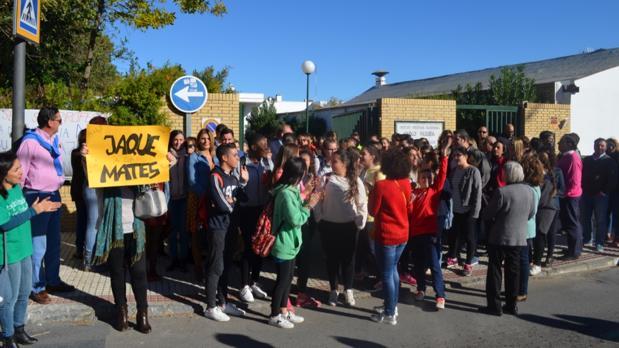 Protesta de los alumnos y padres a las puertas del IES Pablo Neruda solicitando la llegada del profesor de Matemáticas