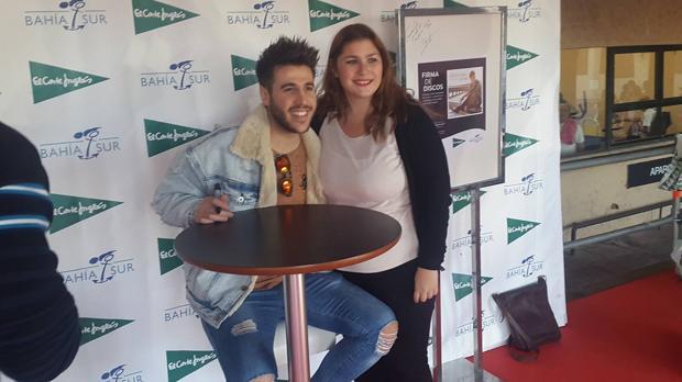 El cantante Antonio José, con una fan.