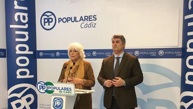 La diputada nacional Teófila Martínez, junto al portavoz en Cádiz, Ignacio Romaní, en la rueda de prensa.
