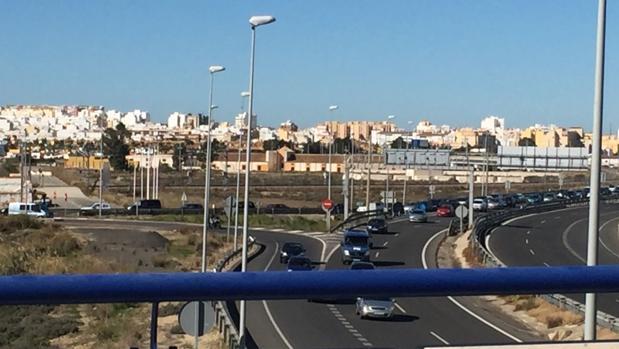 Vista del atasco desde el puente de Tres Caminos.