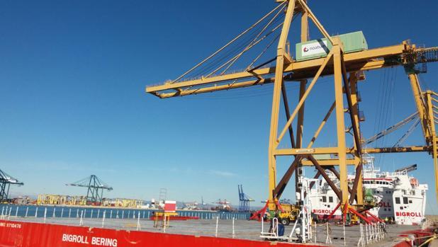 La grúa 'Post Panamax' este viernes en Valencia en la plataforma que la traerá al puerto de Cádiz