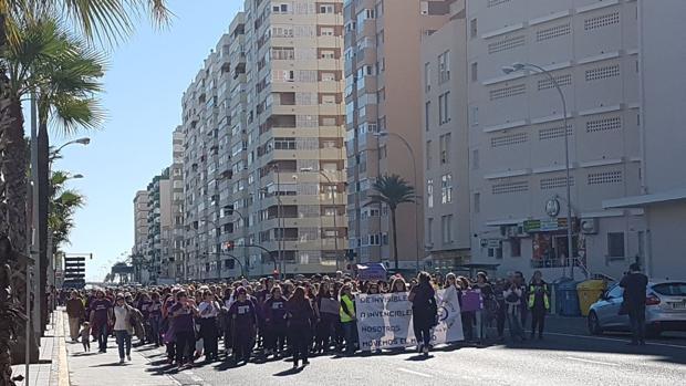 Cabeza de la manifestación a su paso por la Avenida en Cádiz