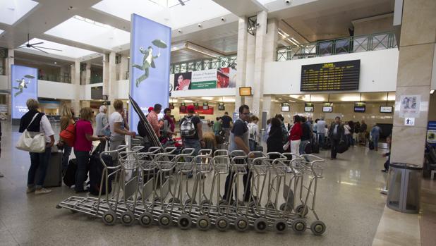 Imagen del aeropuerto de Jerez en plena actividad ante la salida de varios vuelos