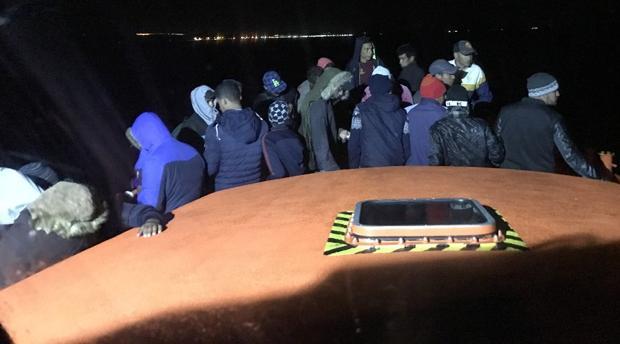 Los inmigrantes son enviados al puerto de Barbate tras ser rescatados.