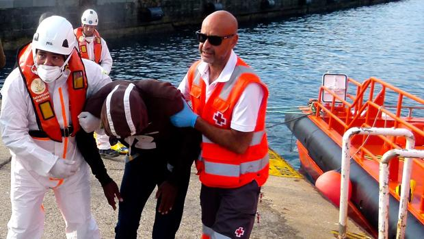 Uno de los hombres rescatados en Punta Paloma