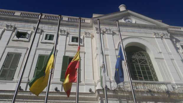 Banderas a media asta en el Ayuntamiento de El Puerto tras la muerte de Manuel Cuenca, jefe de la Policía Local.