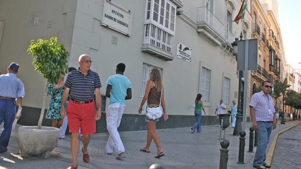 Avenida Ramón de Carranza, con la placa con su nombre en la parte superior.