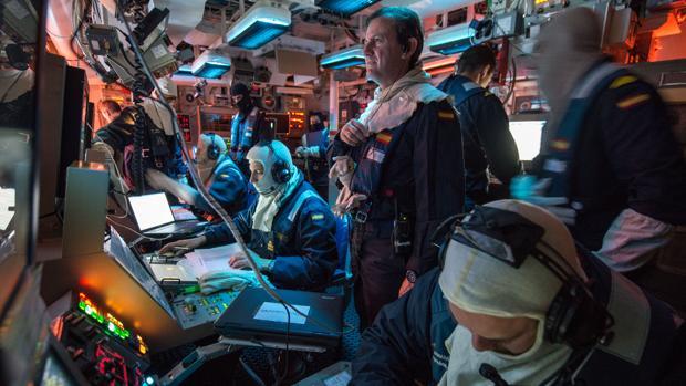 El capitán de fragata Matres en la sala de operaciones de la 'Numancia'.