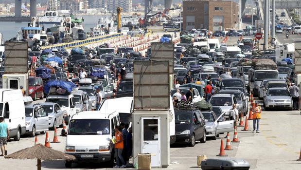 Cola de vehículos retenidos a su llegada al puerto de Algeciras para cruzar el estrecho rumbo a Tánger.