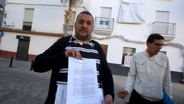 Miguel Mulero y Francisco Manuel Calle, en la puerta de la finca del Corralón