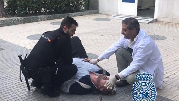 Momento en el que el ladrón fue atendido por un sanitario.