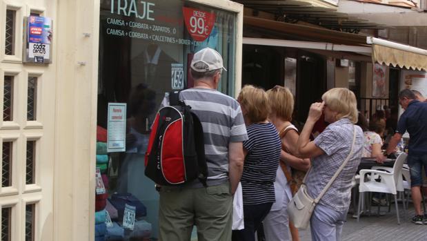 Varios turistas visitan el centro comercial del casco histórico