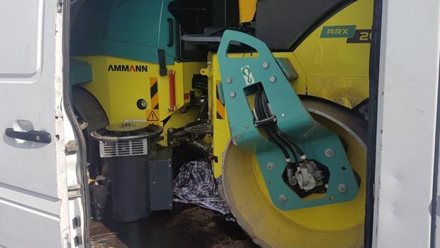 Maquinaria de una apisonadora dentro de la furgoneta