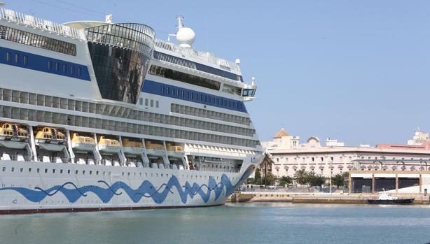 Uno de los cruceros que este verano atracaron en el puerto de Cádiz.