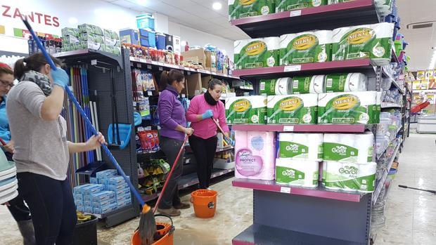 Trabajadoras de MaxiBarato se afanan en la limpieza del comercio tras las lluvias caídas