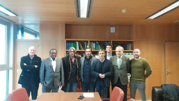El delegado, con los empresarios de los chiringuitos de Cádiz