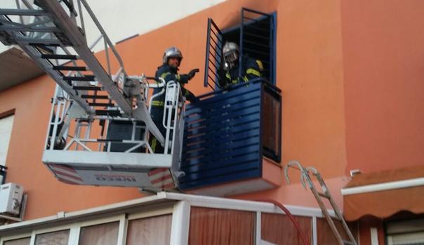 Los bomberos accedieron por la ventana a la casa afectada. :: la voz