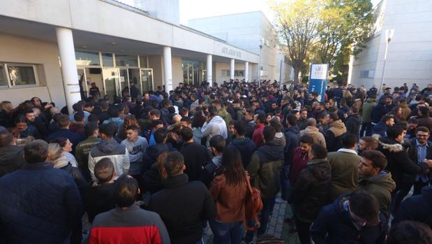 Miles de aspirantes a Policía Nacional buscan una de las 3.201 plazas convocadas.