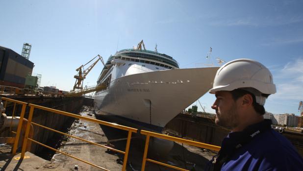 Imagen del 'Grandeur', de la Royal, durante su paso por el astillero de Cádiz en noviembre de 2014.