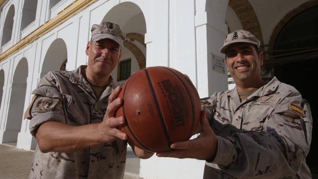 Los cabos primeros Ernesto Gómez Pérez y Juan García Ventura, miembros del equipo de baloncesto del TEAR.