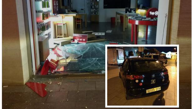 Estado en el que quedó el escaparate. Abajo a la derecha, el vehículo robado.