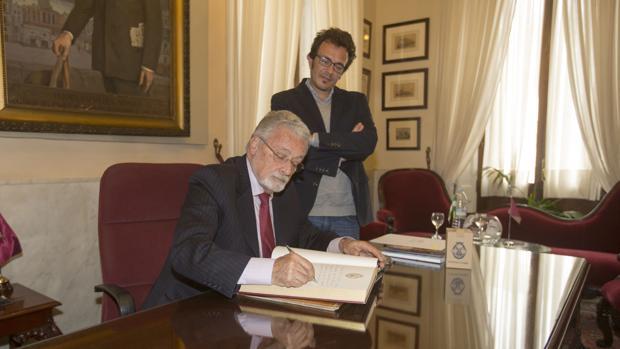 El Defensor del pueblo, en su visita al Ayuntamiento, junto al alcalde de Cádiz.