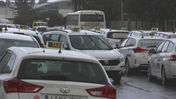 Concentración de vehículos en la sede de Radio Taxi Cádiz