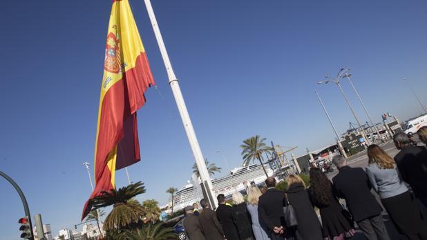 Tras la ofrenda floral se ha izado la bandera nacional en la Plaza de Sevilla.