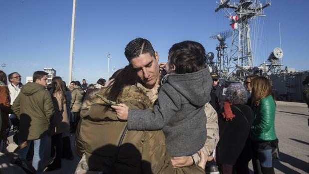 Los familiares despiden a los militares de la fragata 'Santa María'.