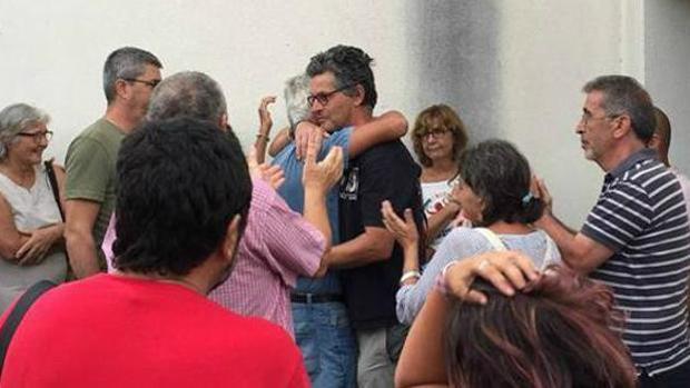 Juan Clavero abraza a sus compañeros de Ecologistas en Acción.