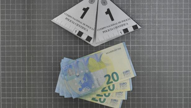 Billetes falsos con los que pagó.