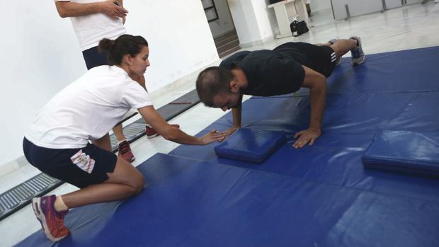 Un opositor recibe las instrucciones para realizar una parte de las pruebas físicas en la Subelegación de Defensa de Cádiz.