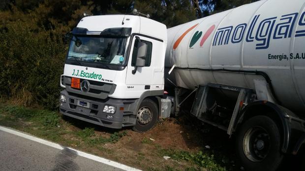 Camión cisterna en la carretera A-2102