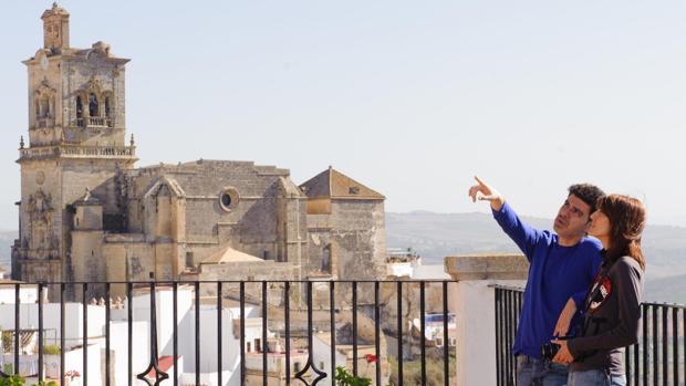 Una pareja de visitantes sobre el casco antiguo de Arcos de la Frontera, en una imagen promocional de la Diputación.