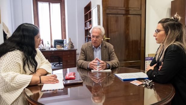 Ana Fernández se reúne con los responsables del comedor de La Viña