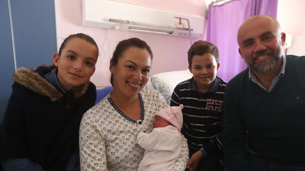 El primer bebé gaditanos del año, Julia, con su familia a las pocas horas de nacer en el Clínico de Puerto Real