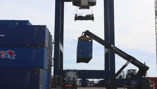 Movimiento de contenedores en el puerto de Cádiz.