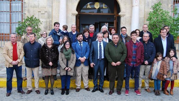 La corporación municipal junto a Manuel Prieto y su familia, a las puertas del Ayuntamiento loreño
