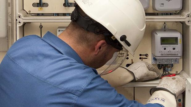Un operador de Endesa revisa unos contadores