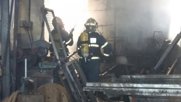 El fuego se propagó rápidamente por la nave, debido a los tubos de PVC y goma que había en el interior.