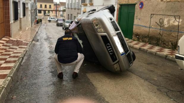 Uno de los vehículos volcados en la localidad por los vecinos
