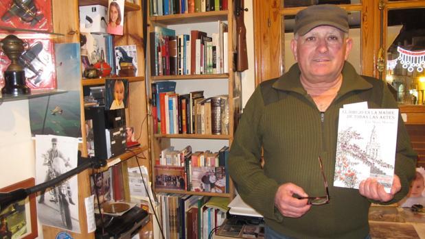 José María Moreno con su libro en el estudio donde nace su obra