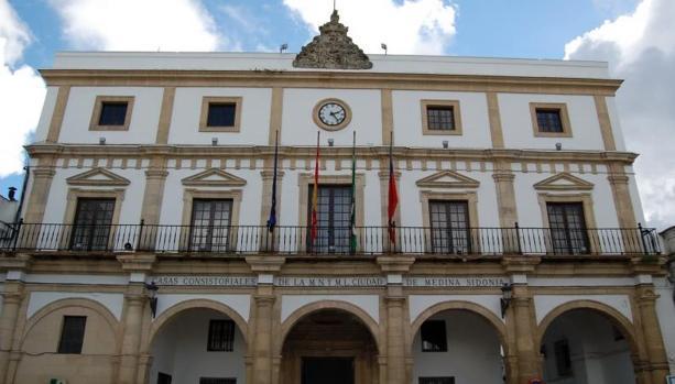 Las banderas del Ayuntamiento de Medina, a media asta en señal de luto.