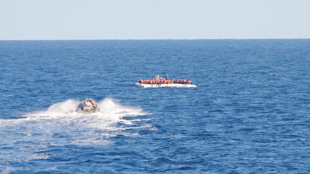 Momento en el que una de las lanchas de la 'Santa María' se acerca a rescatar a los migrantes.