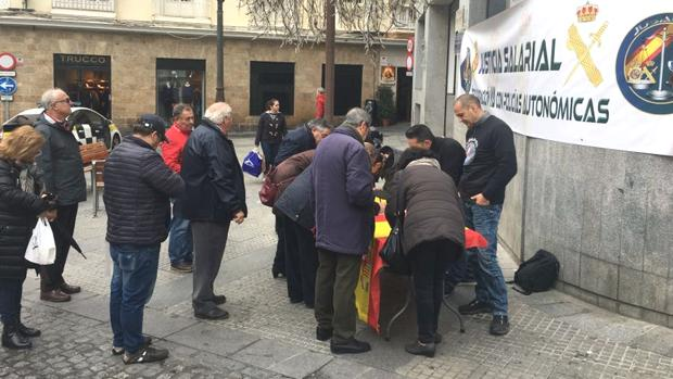 Las colas para firmar son habituales. Este lunes, en la Plaza del Palillero en Cádiz.