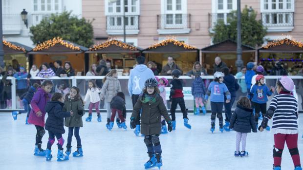 Niños en la pista de hielo.